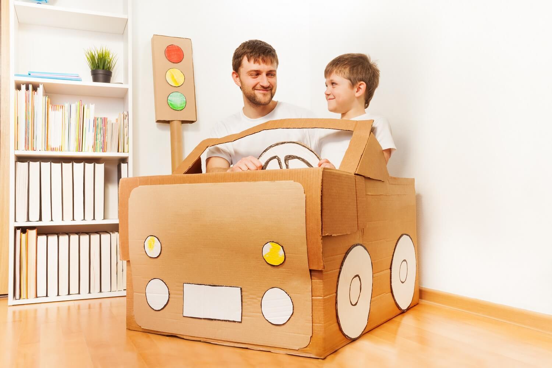 Mężczyzna i dziecko w samochodzie