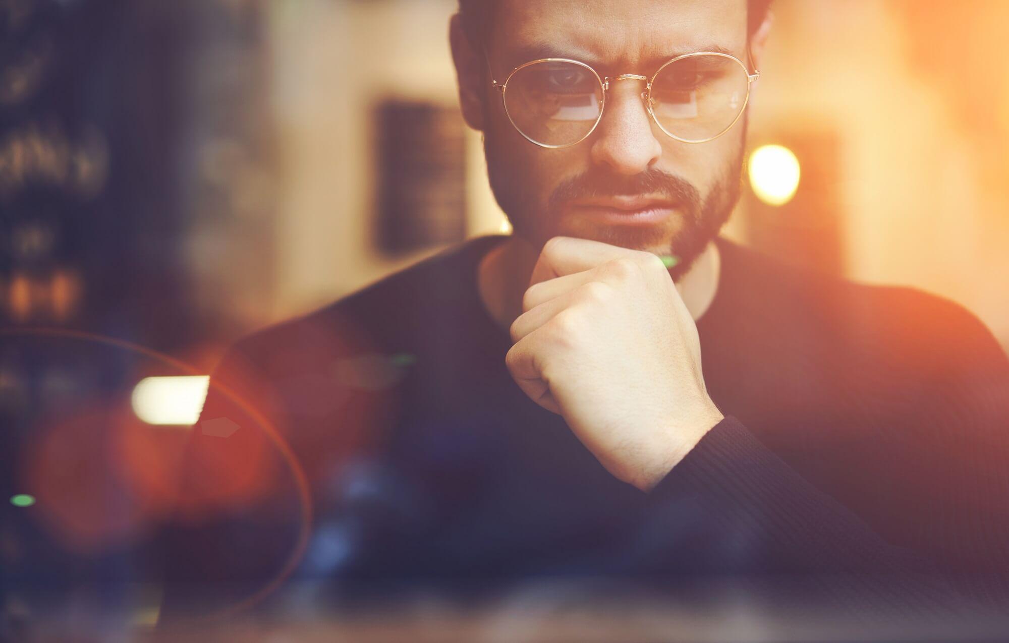 Zamyślony mężczyzna przed komputerem